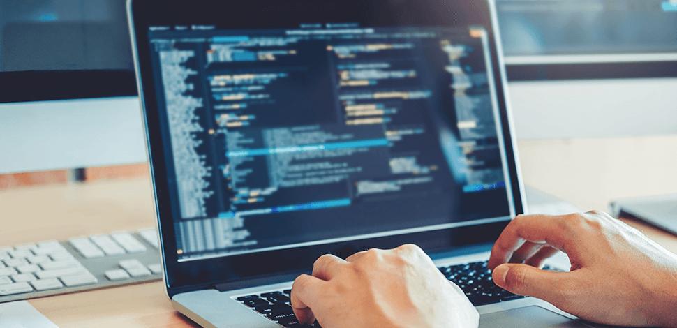 pisanie kodu na laptopie