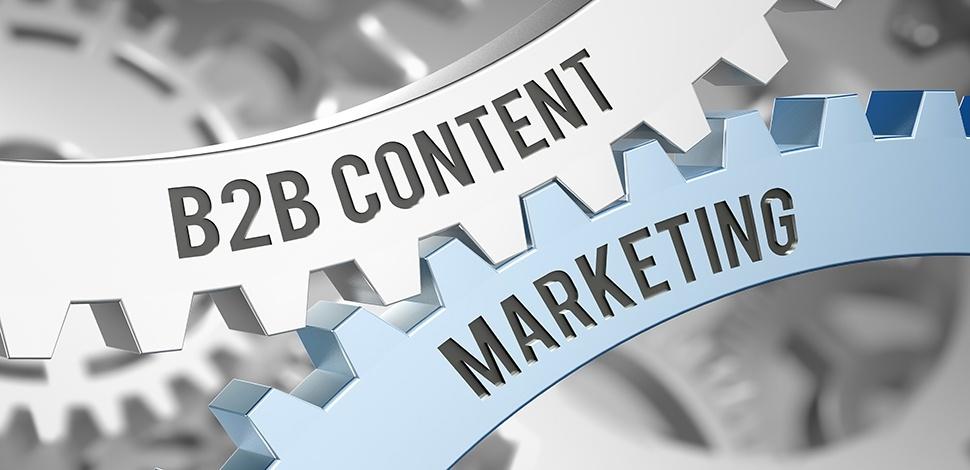 Kołowroty maszyny z napisem b2b content i marketing. Jest to metafora zależności powodzenia b2b z działaniami content marketing.