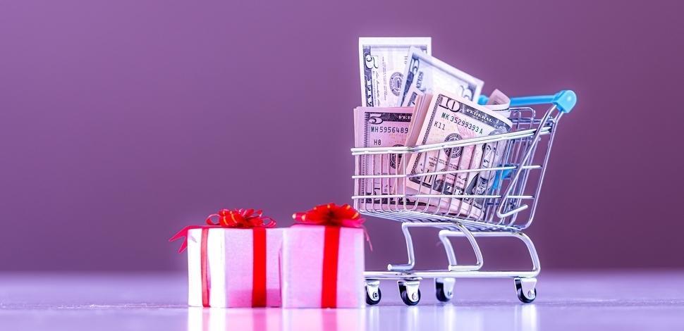 mały wózek zakupowy z prezentami