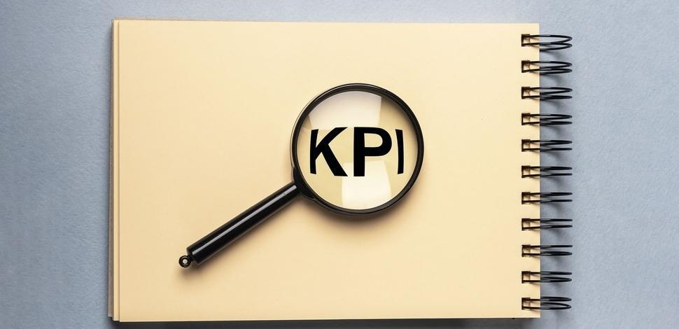 skrót KPI powiększony pod lupą