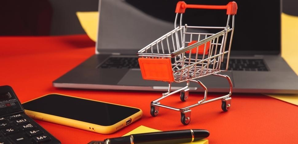 makieta wózka zakupowego na tle laptopa i telefonu