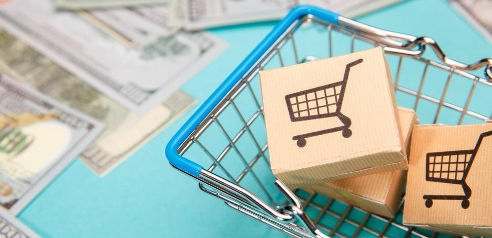 małe kartony z ikoną wózka zakupowego włożone do makiety wózka zakupowego