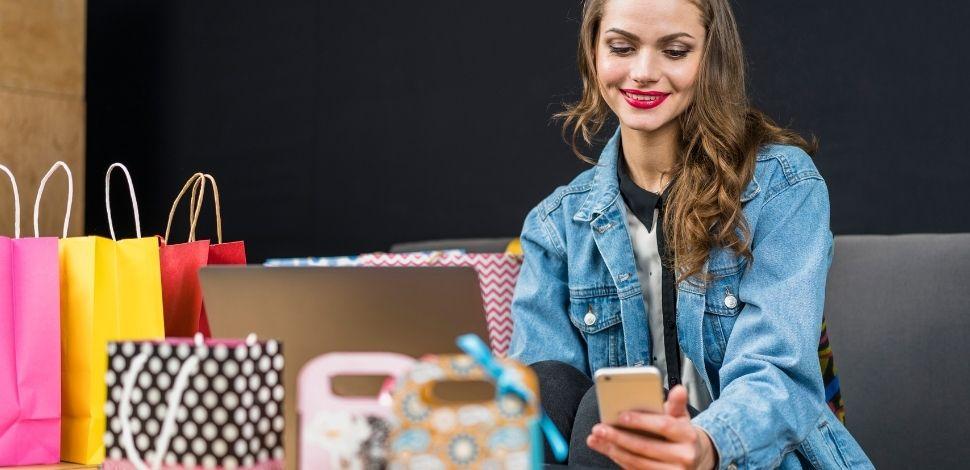 kobieta robiąca zakupy przez komputer i telefon - PWA