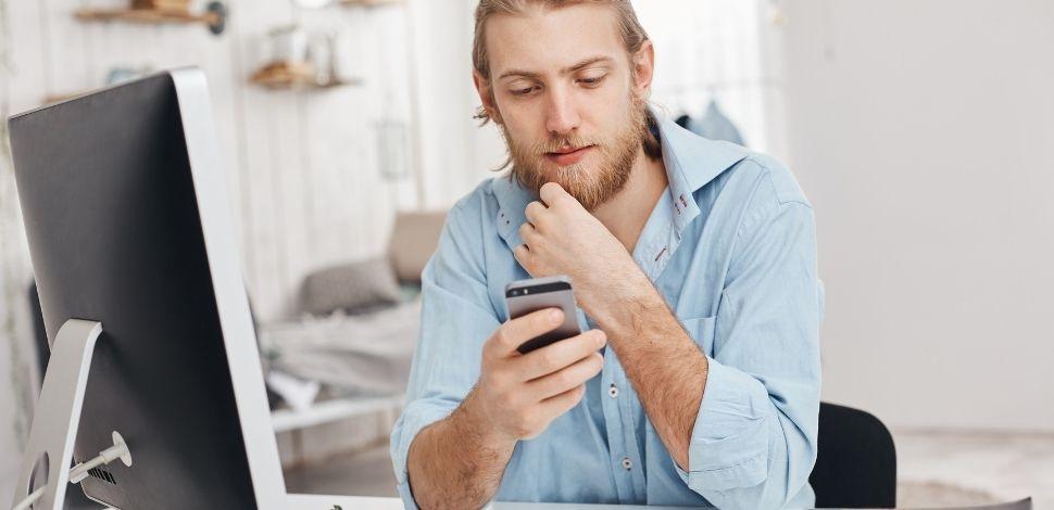 najważniejsze zalety PWA - mężczyzna z telefonem