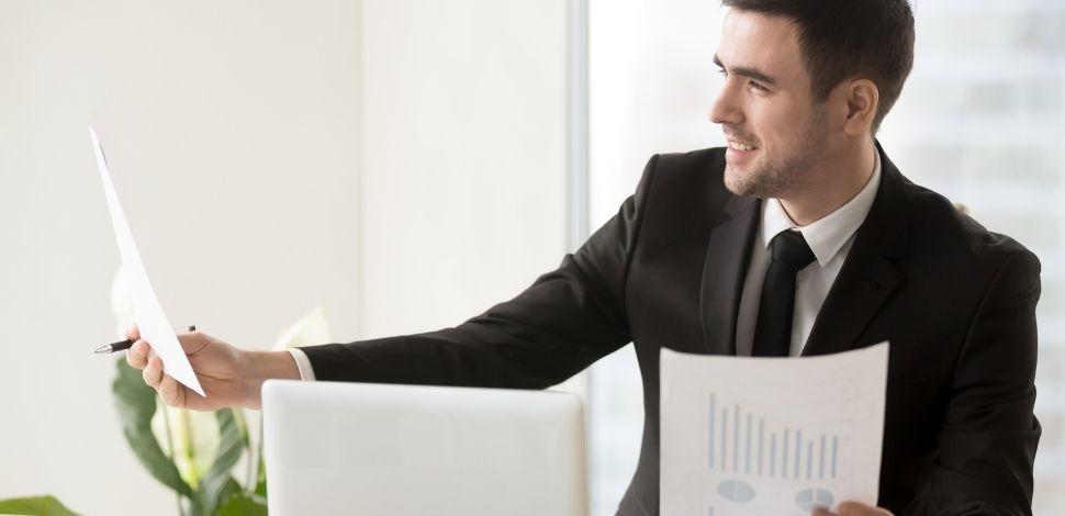 właściciel firmy zadowolony z efektów wdrożenia PWA