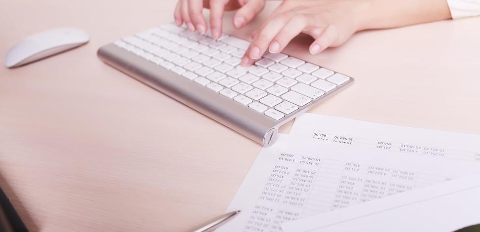 widok dłoni piszących na klawiaturze