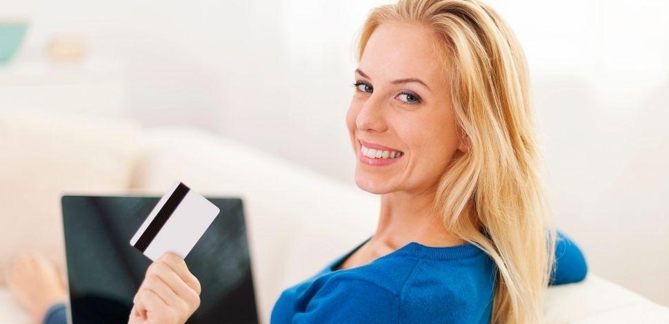kobieta robiąca zakupy e-commerce