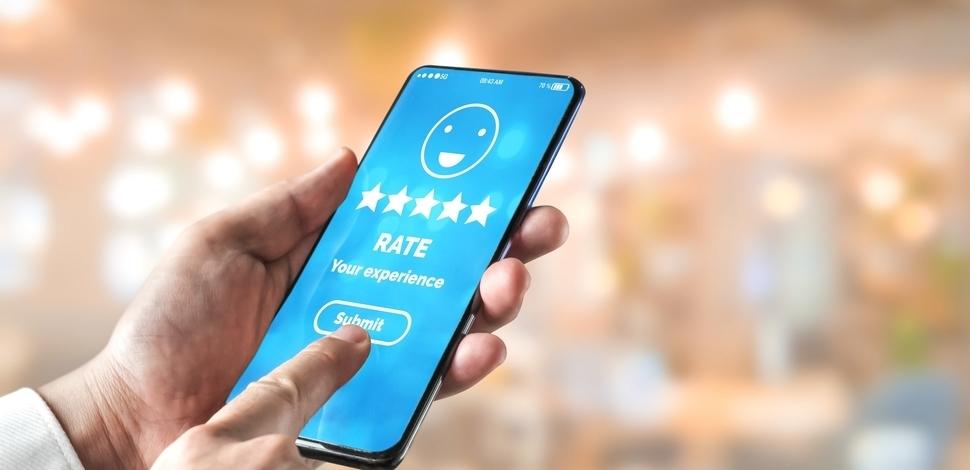 widok telefonu w dłoni z włączonymi recenzjami klientów