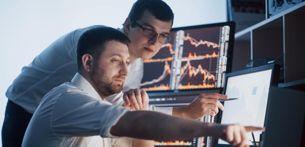 dwóch mężczyzn analizuje coś na komputerze