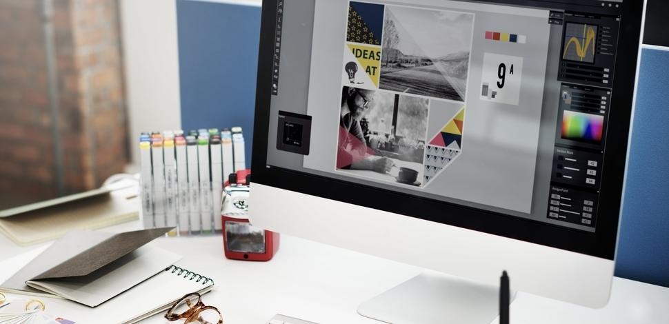 widok komputera na biurku