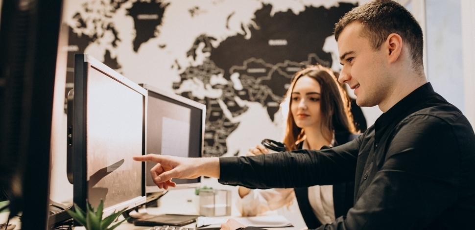 mężczyzna i kobieta w biurze przed komputerem