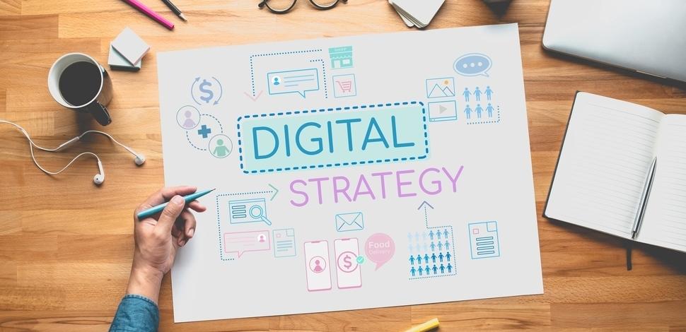 kartka leżąca na biurku z napisami sugerującymi rozpisanie strategii cyfrowej