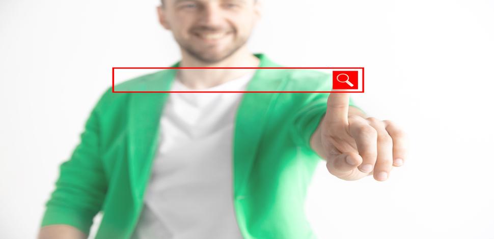 mężczyzna przesuwający palcem po pasku wyszukiwania