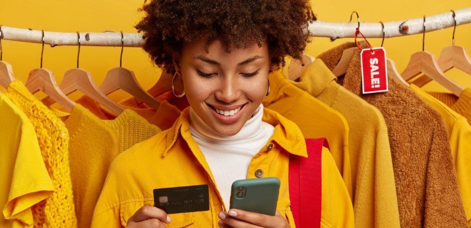 kobieta kupująca ubrania online