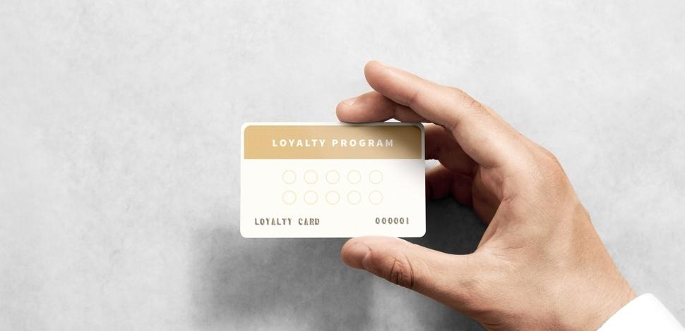 ręka trzymająca złotą kartę lojalnościową