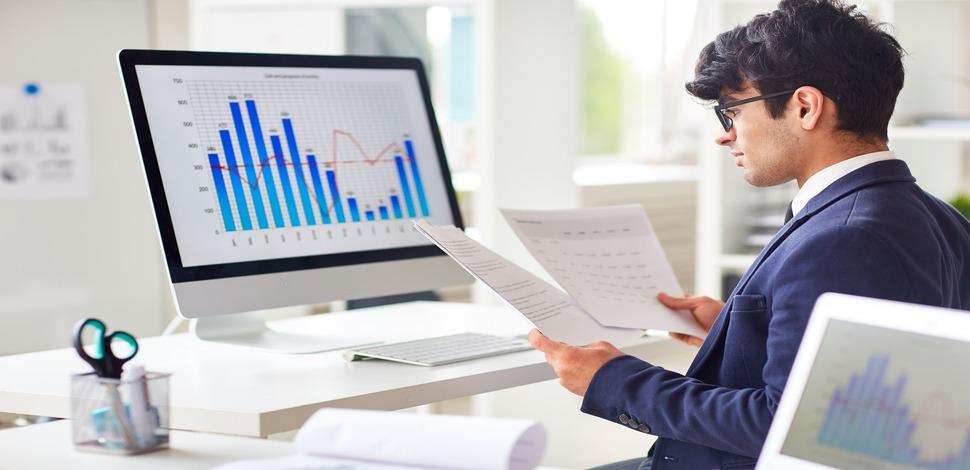 analityk biznesowy analizujący wykresy