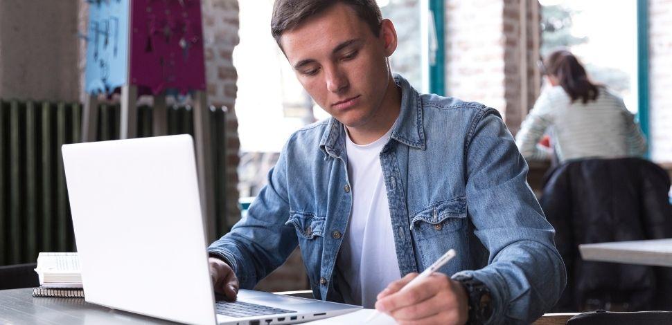 student korzystający z platformy e-learningowej