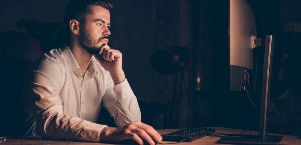 mężczyzna przy laptopie oczekujący na migrację do Magento 2