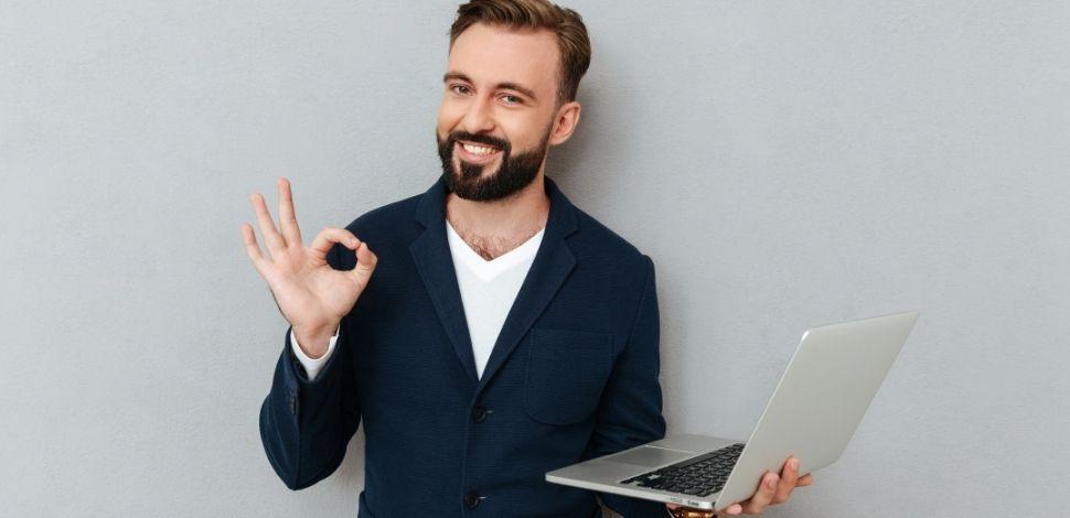 mężczyzna zadowolony z nowych funkcji Pimcore 6.6