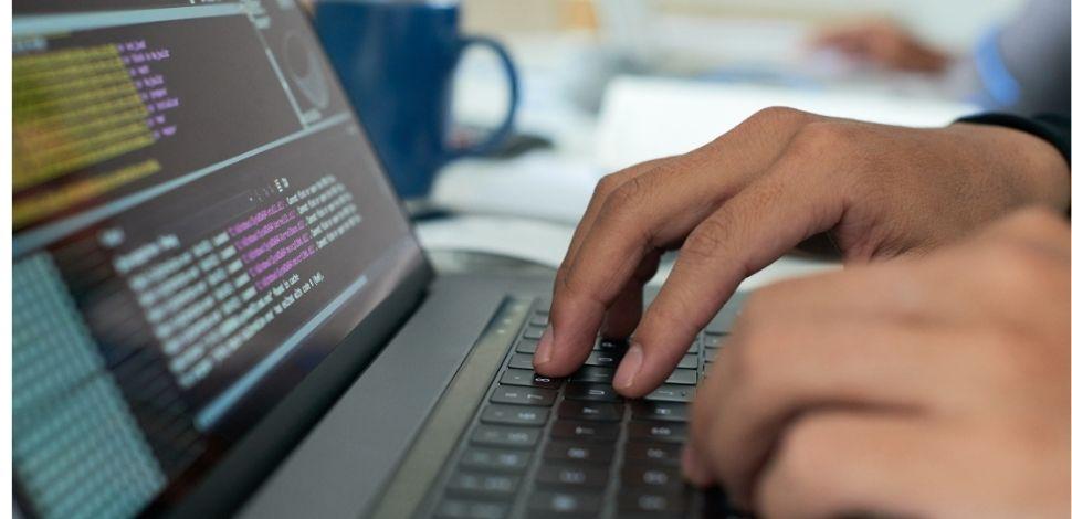 programista pracujący na laptopie - Vue.js