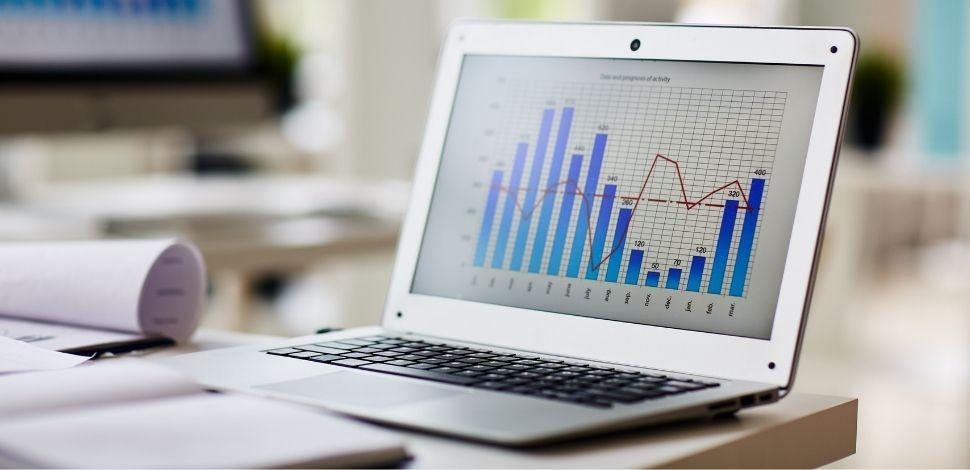dane na monitorze laptopa