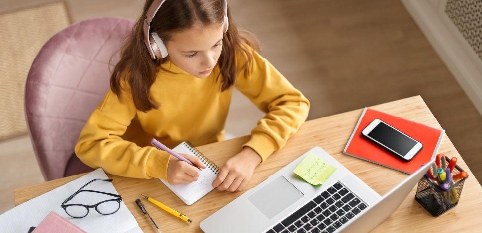 dziewczynka korzystająca z platformy e-learningowej