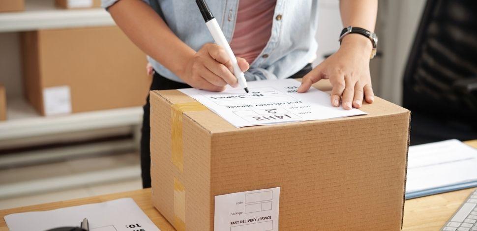 osoba adresująca paczkę do wysyłki