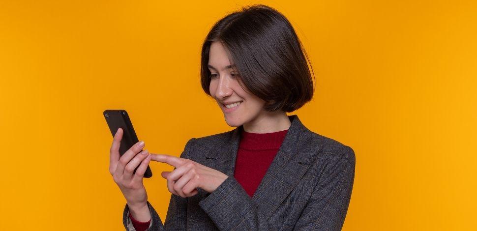 zadowolona kobieta korzystająca z MyPhone