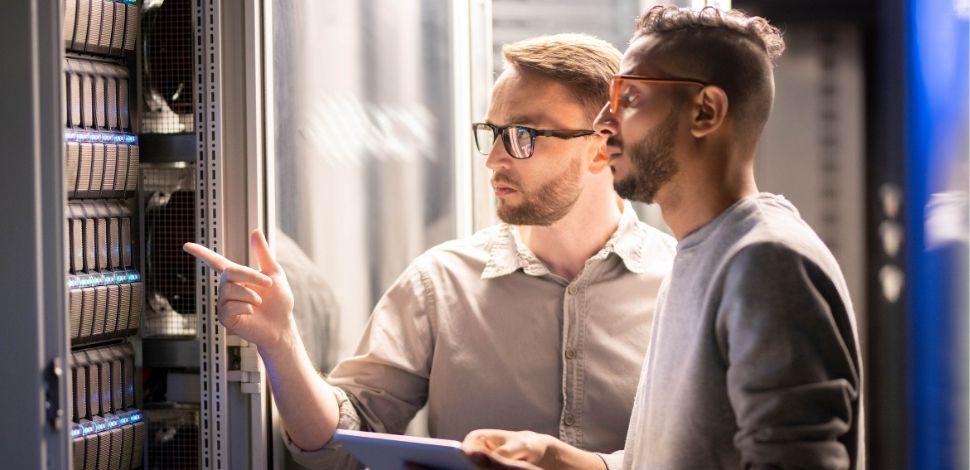 dwóch programistów w serwerowni - Magento Commerce Cloud