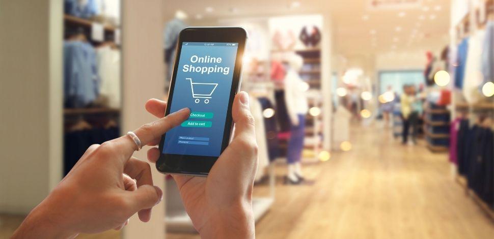 kobieta robiąca zakupy online na smartfonie