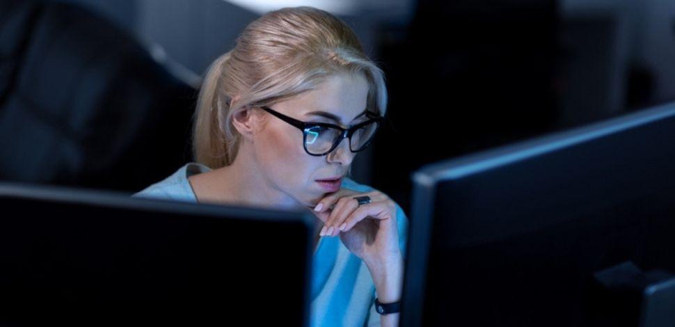 kobieta zastanawiająca się nad problemami w Magento