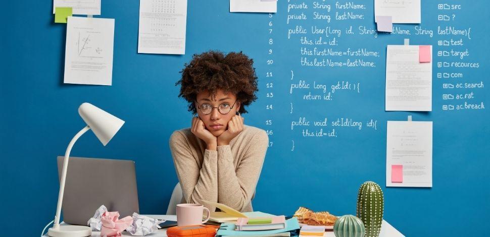kobieta zastanawiająca się nad problemami w Magento 2