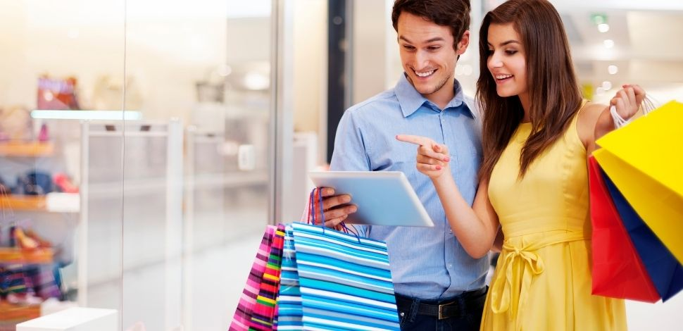 para robiąca zakupy przez tablet