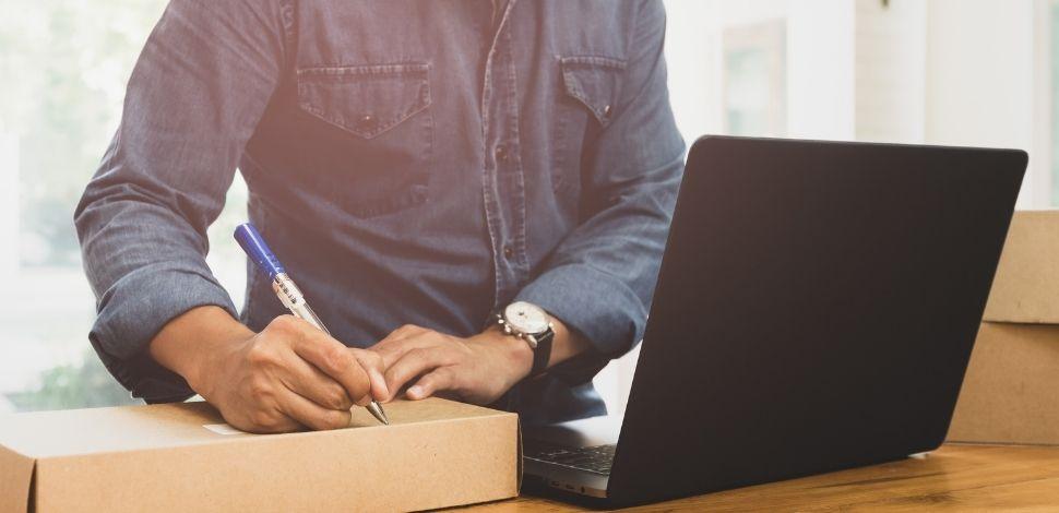osoba adresująca paczkę ze sklepu online