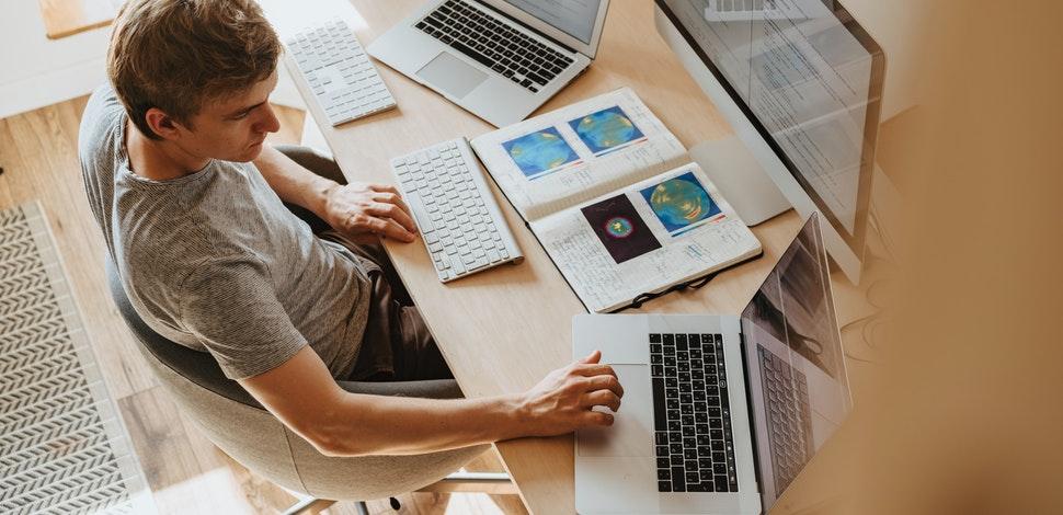 front end deweloper pracujący na kilku komputerach