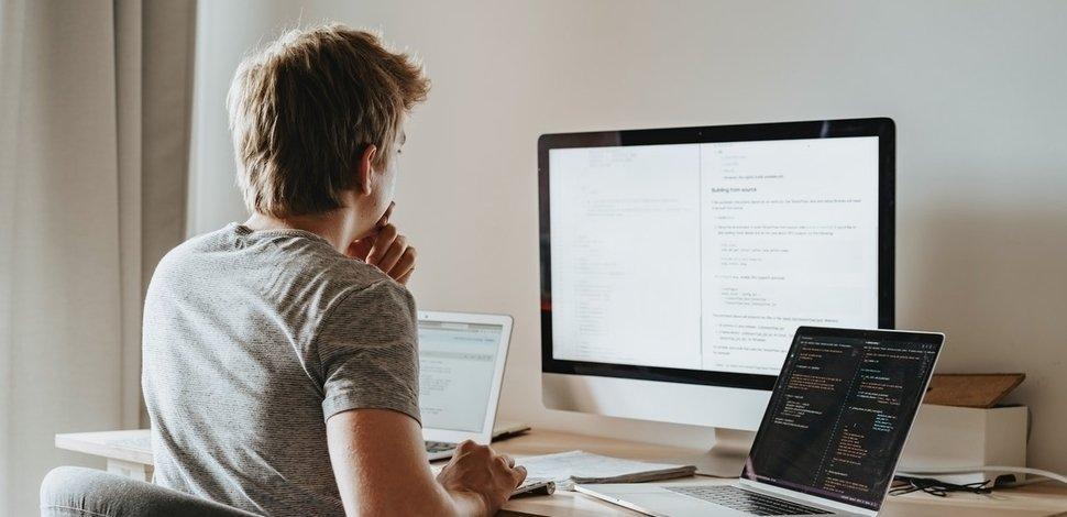programista szukający rozwiązania