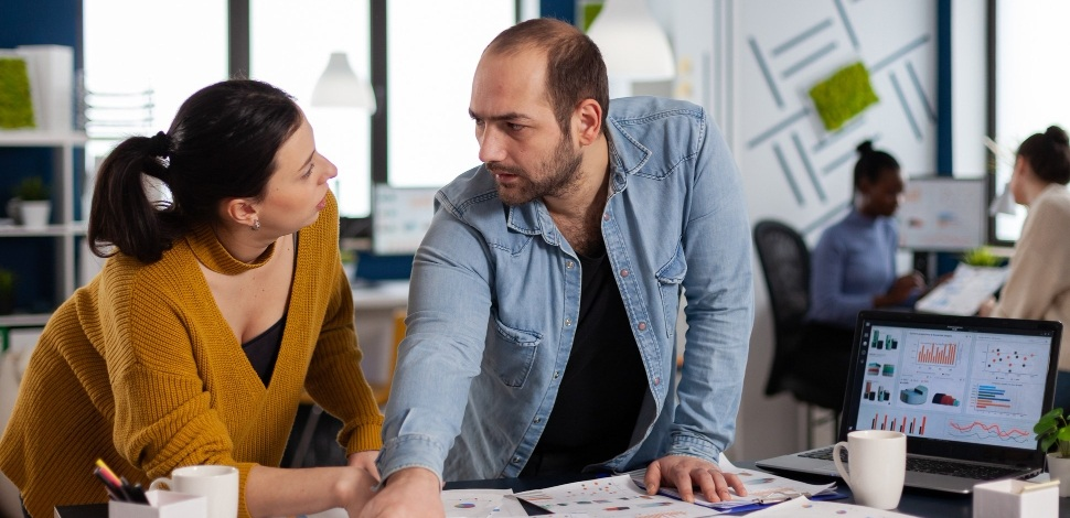 doradca e-commerce rozmawia o strategii e-biznesowej ze sprzedawcą