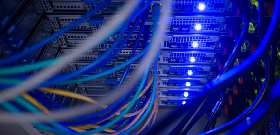 działająca półka serwerowa AWS z podpiętymi kablami sieciowymi i zapalonymi kontrolkami