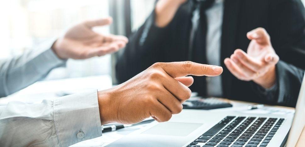 specjalista doradza sprzedawcy rozwiązania e-commerce na spotkaniu konsultingowym