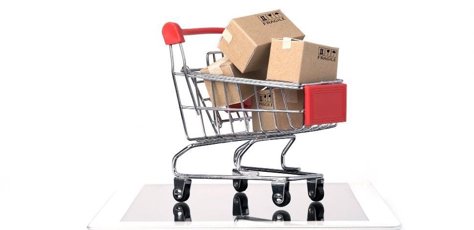 wózek zakupowy na tablecie - modele sprzedaży e-commerce